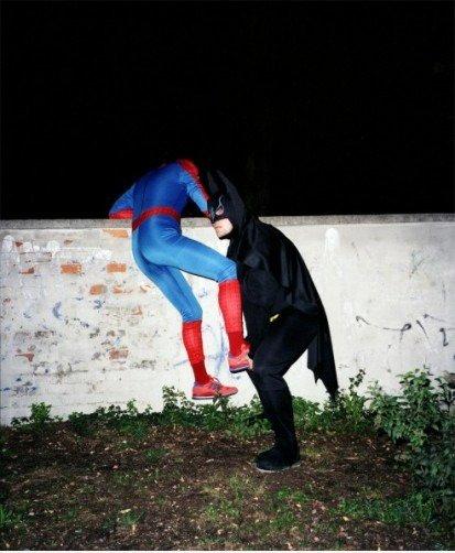 Batman Helfen Spiderman Klettern ã¼ber Eine Mauer Mein Funcom